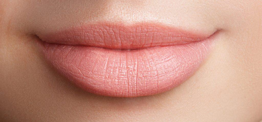 Nahaufnahme von den vollen, schönen Lippen einer Frau. - Dyachkov/Shutterstock.com