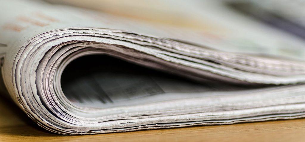 Seitliche Großaufnahme einer halbeingerollten Zeitung